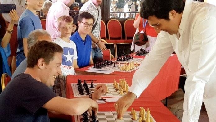 Несколько лет подряд в Вербье приезжает знаменитый гроссмейстер, чемпион мира по шахматам Владимир Крамник и одним из ярких и весьма забавных событий фестиваля становится его сеанс одновременной игры со всемирно известными музыкантами