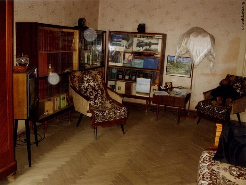 Квартира Г.И. Уствольской в доме на пр. Гагарина в Ленинграде. Фото 1998г. В 1970-х вид был гораздо строже, без «вернисажей» за стёклами
