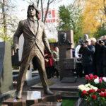 Памятник Дмитрию Хворостовскому открыли на Новодевичьем кладбище. Фото - Сергей Пятаков/РИА Новости