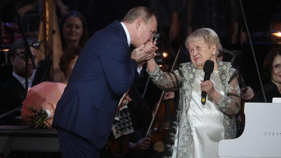 АВладимир Путин и Александра Пахмутова. Фото - Известия /Александр Казаков