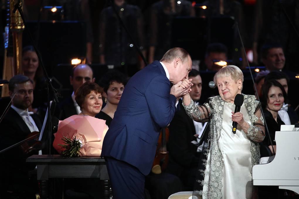 Владимир Путин поздравил Александру Пахмутову с юбилеем. Фото - Сергей Бобылев/ТАСС
