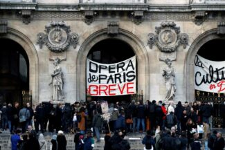 Забастовка у здания Гранд-Опера в Париже. Фото - Reuters/GONZALO FUENTES