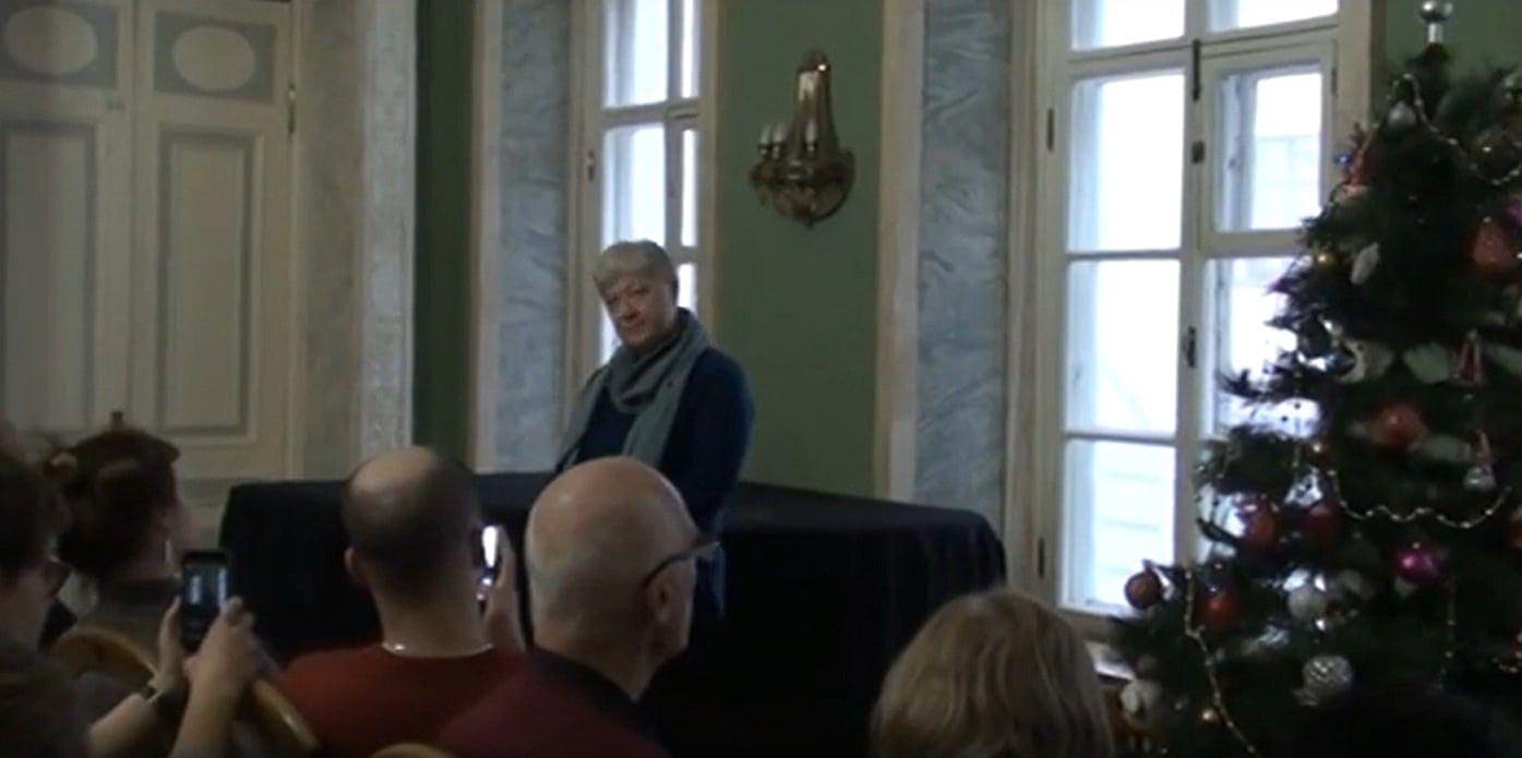 Ученый секретарь Государственного института искусствознания О .А. Пашина на собрании коллектива Института искусствознания