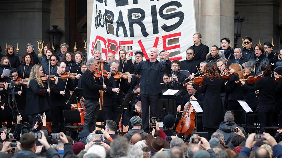 Артисты Парижской оперы дали уличный концерт против пенсионной реформы. Фото - REUTERS/Charles Platiau