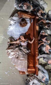 """Сцена из оперы Верди """"Травиата"""" в постановке Eвгения Лавренчука в Одесском театре оперы и балета"""