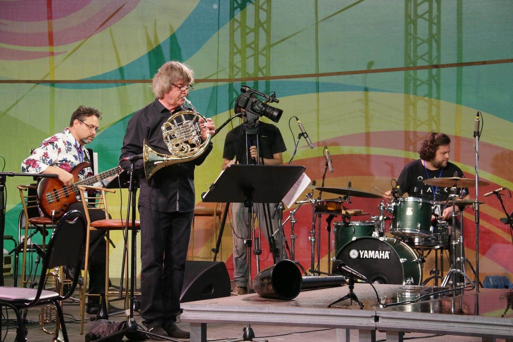 Антон Горбунов (бас-гитара), Пётр Ившин (ударные инструменты) и Аркадий Шилклопер. 12 июля 2019. Елабуга