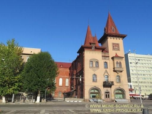 Слева, за деревьями - здание общежития, справа - Саратовская консерватория