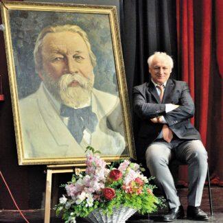 Валерий Ворона у портрета Ипполитову-Иванову