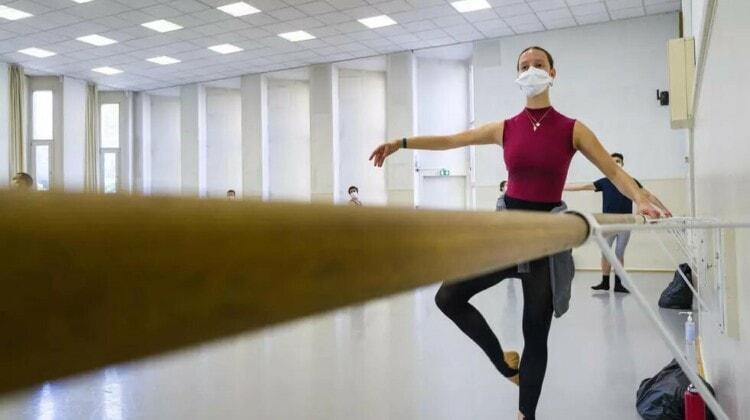 Смогут ли артисты балета танцевать в масках? И придут ли на такой спектакль зрители? AFP