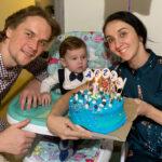 Эрика Микиртичева, Денис Дмитриев и их сын Августин отмечают его первый день рождения. Фото - Карина Житкова