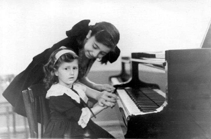С сестрой после первого сольного концерта. Тбилиси, 1963 год