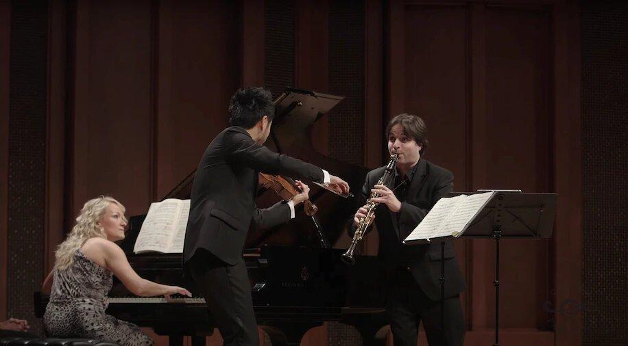 Скриншот видео Camerata Pacifica, которое было заблокировано на Facebook предположительно за нарушение авторских прав. Молли Моркоски (фортепиано), Ричард О'Нил (альт) и Жозе Франш-Баллестер (кларнет) играют «Кегельштатт» Моцарта
