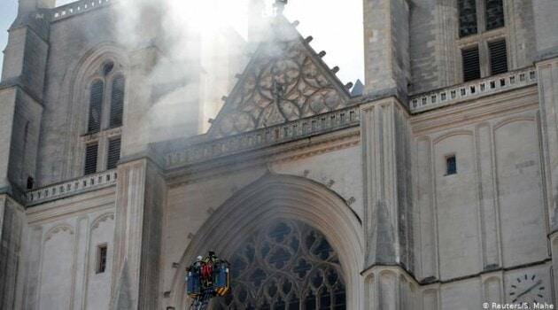 Пожарные у собора в Нанте, 18 июля 2020 года