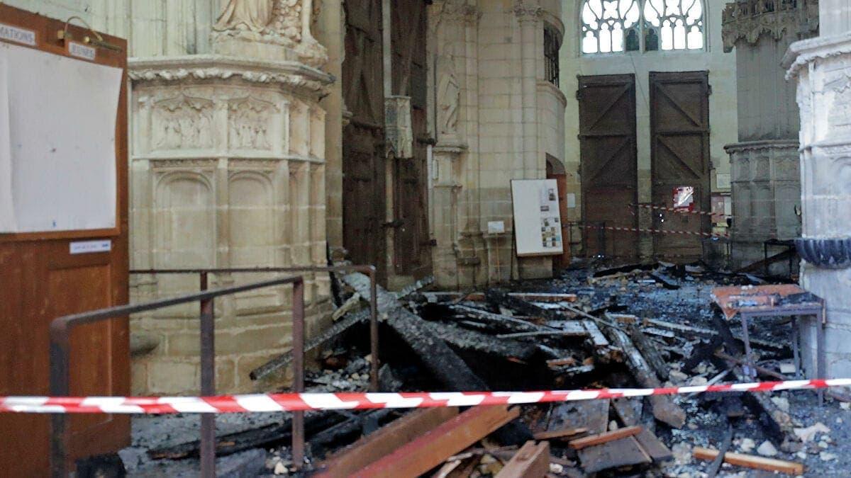 Завалы после пожара внутри Собора Святых Петра и Павла во французском Нанте