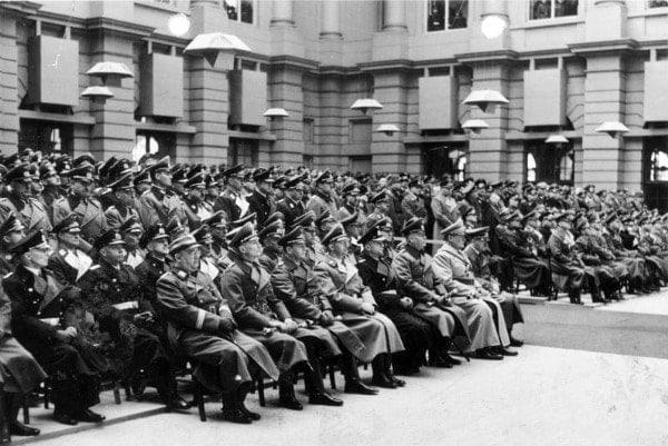 Торжественная церемония во дворе Цейхгауза. Руководство рейха отдаёт дань памяти погибшим солдатам под звуки симфонии Брукнера