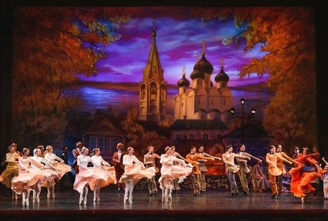 """Сцена из балета """"Анюта"""" в постановке Владимира Васильева"""