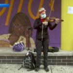 Музыканты Нью-Йоркского филармонического оркестра репетируют на открытом воздухе