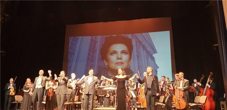 در روز تولد گالینا ویشنفسکایا ، یک کنسرت جشن در مرکز آواز اپرا برگزار شد. عکس - النا الکسیوا