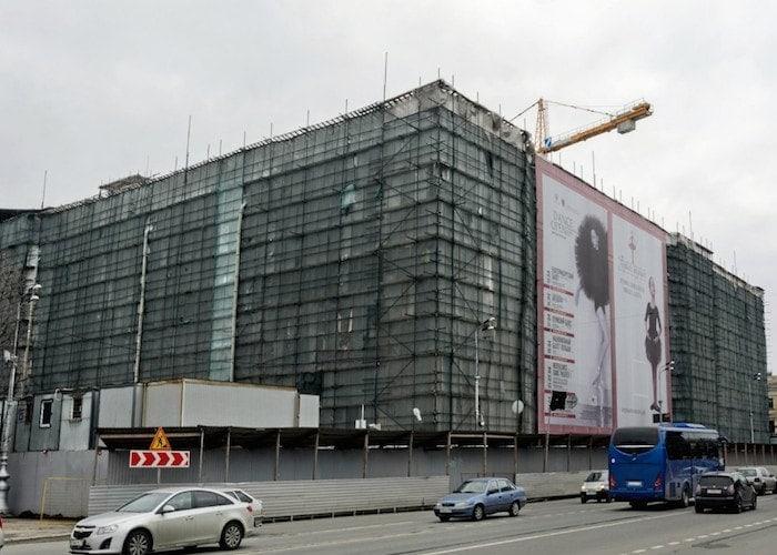 Сейчас историческое здание закрыто строительными лесами ибаннерами