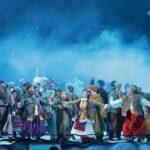 Танцев в спектакле получилось много и к месту, причем отлично двигаются все артисты. Фото: Пресс-служба Мариинского театра/ Наташа Разина