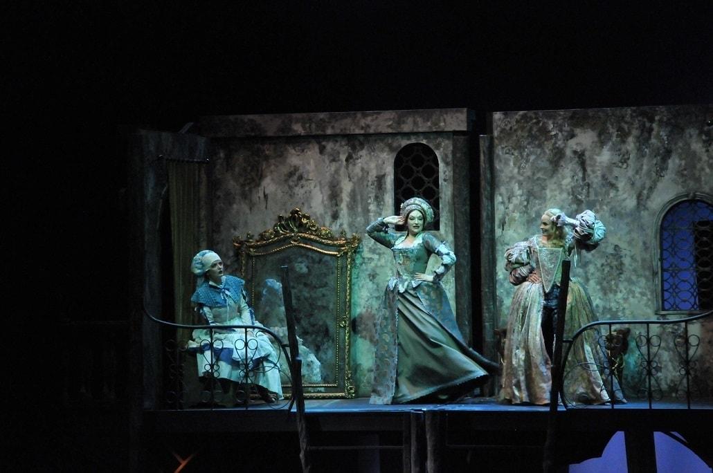 Сцена из мюзикла Александра Журбина «Куртизанка» в Московском театре оперетты
