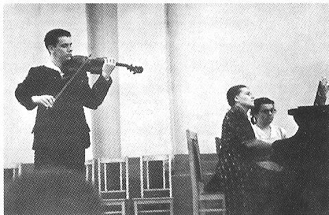 Юрий Симонов на сцене Большого зала Саратовской консерватории. За роялем Зинаида Штылова. 1956 год. Фото из личного архива
