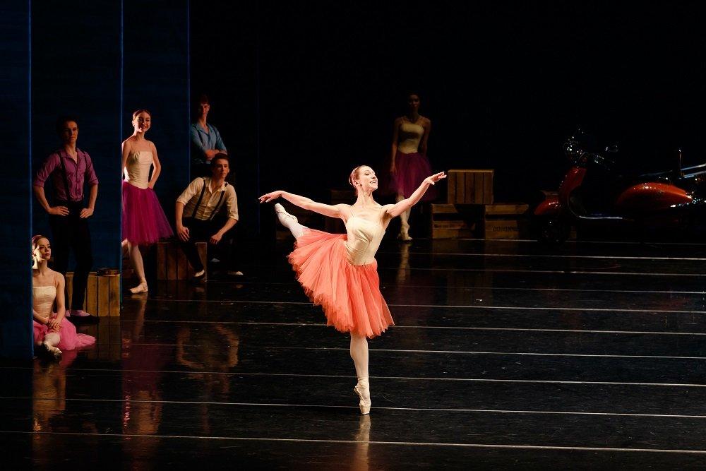 """На сцене лучатся счастьем рыбаки и рыбачки. Елена Кабанова в балете """"Неаполь"""" Бурнонвиля. Фото - Ольга Керелюк"""