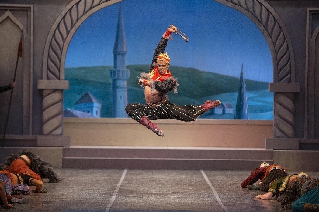 "Сцена из балета Асафьева ""Бахчисарайский фонтан"" (Самарский театр оперы и балета). Фото - Антон Сенько"