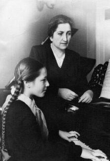 М. В. Бобрицкая и Т. Кан в Республиканской школе. Фото из личного архива Т. Кан