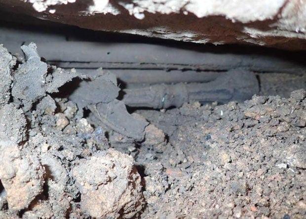 Под ними обнаружили несколько трубок из медного сплава и плохо сохранившиеся остатки футляра