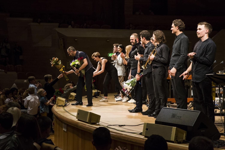 Все участники мульти-инструментального шоу «Воспоминания ветра» на поклонах. Фото - Александра Картавая