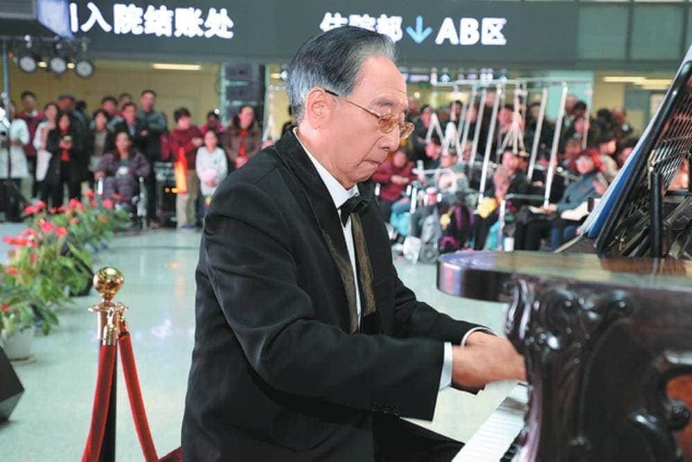 """Каждую среду Шэнь Сюэшань играет на фортепиано в больнице """"Барабанная башня"""" в Нанкине. Фото: Предоставлено China Daily"""