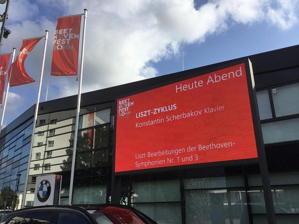 Здание конференц-центра в Бонне, где проходит юбилейный Бетховенский фестиваль 2021 года. Фото - Нина Орочко