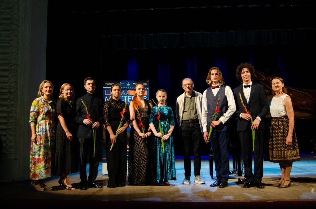 Александр Сандлер и его студенты по новосибирской Школе мастеров