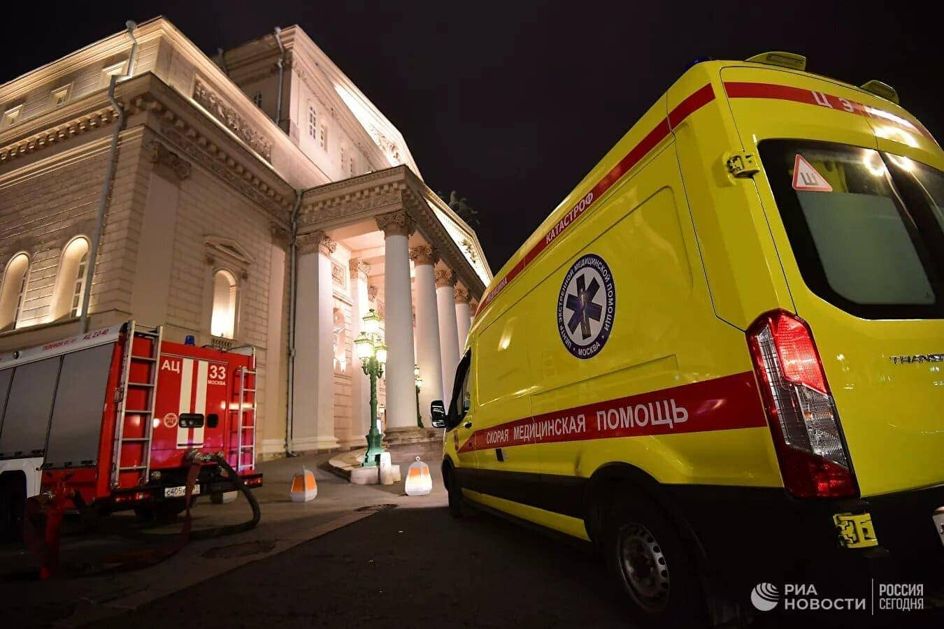 Машина скорой помощи в Большом театре