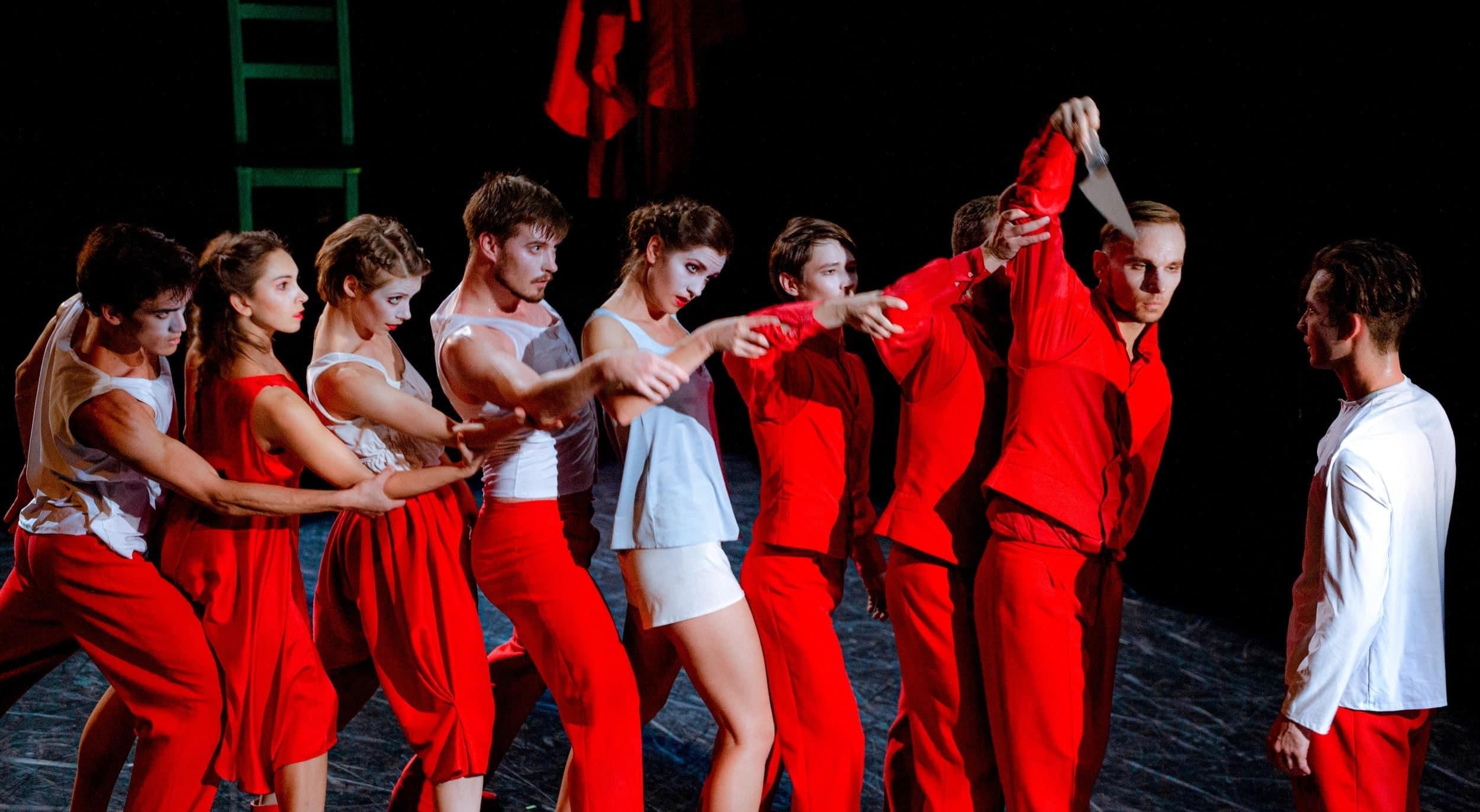 Фрагмент спектакля современного танца «Кафе Идиот». Фото - Татьяна Трегубенко