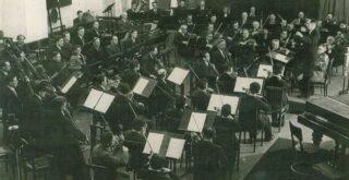 Блокадный оркестр (радио) репетирует в Доме радио почти в полном военном составе
